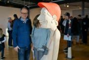 Die witzigen Holzskulpturen des Urners Peter Bissig erfreuen und erheitern das Publikum. (Bild: Romano Cuonz)