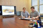 Felix Odermatt (links) und Jost Niederberger besprechen die Pläne zur Holzbox. (Bild Martin Uebelhart)