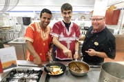 Sie bringen den Orient in die «Ramada»-Küche (von links): der langjährige Mitarbeiter Hafid Douhab-Eberli, Koch Mohammad Alwafai und Chefkoch Carsten Witzke. (Bild: PD)