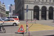 Die Polizei sperrte das Gebiet um die Bahnhofstrasse in Zürich grossräumig ab. (Bild: Screenshot SDA-Video)