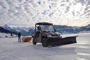 Andi Kaufmann hilft Louis Schönbächler beim Holztransport für den Bau einer Brücke übers Eis, das den untersten Teil des Sihlsees bedeckt. (Bild: Charly Keiser / Neue SZ)