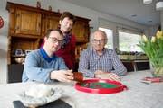 Er will mit gesammelten Erfahrungsberichten zur Kesb Obwalden den Bundesrat wachrütteln: Hansruedi Durrer mit seinem behinderten Sohn Michi und Ehefrau Yvonne. (Bild Corinne Glanzmann)