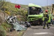 Der Busunfall forderte ein Todesopfer und 12 Schwerverletzte. (Bild: Keystone / EPA)