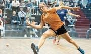 Sarah Lüdin, hier im Playoff-Halbfinal gegen Ustemerin Martina Pössl (im Hintergrund), ermöglichte Pilatus Kriens mit einem Sieg im zweiten Einzel den Einzug ins Endspiel. (Bild: Stefan Kleiser (Uster, 6. April 2018))