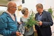 An der Vernissage (von links): Christof Hirtler (Verleger), Klara Spichtig (Leiterin des Historischen Museums Obwalden) und Schauspieler Hanspeter Müller-Drossaart. (Bild: Romano Cuonz (Sarnen, 2. September 2017))