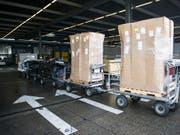 Blick in den Frachtverlad des Flughafen in Zürich. Die Exporte zogen im August erneut kräftig an. (Archiv) (Bild: KEYSTONE/ENNIO LEANZA)