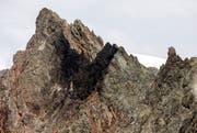 Die geschwärzte Absturzstelle an einer Felswand im Sustengebiet. (Bild: Keystone / Alexandra Wey)