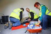 Noch ist es eine Übung: die Schulungsteilnehmer von St. Niklausen, Armin Omlin, der Melchtaler Dani Michel und Corinne von Ah (von links). (Bild Marion Wannemacher)