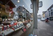 Das demolierte Schaufenster des Uhrenladens an der Brünigstrasse. (Bild: Christoph Riebli (Sarnen, 14. Februar 2017))