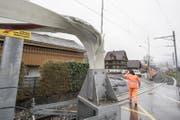 Sturm Burglind hat eine Barriere der Zentralbahn geknickt. (Bild: Urs Flüeler / Keystone (Stans, 3. Januar 2018))