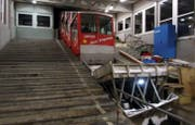 Am Sonntag um 19.33 Uhr startete die alte Stoosbahn zu ihrer letzten fahrplanmässigen Fahrt. Sie wird abgelöst durch die steilste Standseilbahn der Welt. (Bild: Erhard Gick, Bote der Urschweiz)
