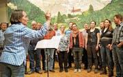 Dirigentin Silvia Windlin probt mit dem Jodlerklub Flüeli-Ranft die Jodlermesse zu Ehren von Niklaus von Flüe. Im Mai erklingt diese im Petersdom in Rom. (Bild: Romano Cuonz (Flüeli-Ranft, 9. März 2017))