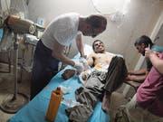Ein IS-Kämpfer wird in einem Feldlazarett bei Mossul verarztet. (Bild: Cedric Rehman)