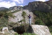 Riesige Felsbrocken liegen nach dem Felssturz hinter dem Dorf Felsberg. (Bild: Arno Balzarini / Keystone (Felsberg, 7. Juli 2001))