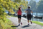 Schaffhausen, 9.10.2014, Inland - Feature Herbst, zwei Frauen joggen am Rhein. (Melanie Duchene/EQ Images) (KEYSTONE/EQ IMAGES/Melanie Duchene) (Symbolbild: Melanie Duchene / EQ Images / Keystone)