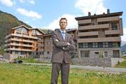 Franz-Xaver Simmen vor den Apartementhäu-sern Gemse, Steinadler und Hirsch (von links). Fast 60 Prozent der Wohnungen sind verkauft. (Bild Sven Aregger)