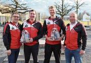 Sie freuen sich auf die Verlängerung der Verträge. Von links: Adrian Zemp (Präsident Volleya Obwalden), Oliver Wagner (Nachwuchstrainer), Nik Buser (Trainer NLB-Team) und Roger Büchler (Sportchef) . (Bild: PD)