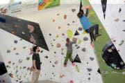Elena Walker und Gianin Regli demonstrieren unter Aufsicht von Samuel Walker, wie das Bouldern funktioniert. (Bild Paul Gwerder)