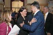 Verwaltungsratspräsident Hans Wicki gratuliert Dominique Gisin zu ihrer Wahl. (Bild: Manuela Jans-Koch (Engelberg, 23. März 2018))