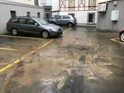 Schlamm auf dem Parkplatz: Die Reinigungsarbeiten im Dorf dürften noch eine Weile in Anspruch nehmen. (Bild: Benno Kälin, TeleZüri)
