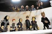 Die Puppenspieler der Marionettenbühne Gelb-Schwarz sind für das Publikum immer sichtbar. (Bild: Urs Hanhart (Altdorf, 27. November 2017))