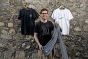 Er will schon bald ins Ausland expandieren: Kilian Wiget (31) aus Schwyz zeigt seine neue Kollektion. (Bild: Corinne Glanzmann / Neue LZ)