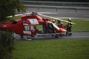 Rettungssanitäter und Feuerwehr bringen die Verletzte zum Helikopter. (Bild: Geri Holdener, Bote der Urschweiz)