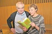 Autor Hans Venetz und seine Frau Helen blättern im Buch, das sie illustriert hat. (Bild: Romano Cuonz (Sarnen, 23. November 2017))