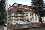 Bereits am 1. Dezember ziehen die ersten Mieter im Gesundheitszentrum Ursern in Andermatt ein. Bild: Bruno Arnold (Andermatt, 22. November 2016)