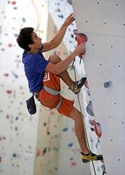 Immer den nächsten Griff im Visier: Marco Müller sucht in der Kletterwand nach der besten Lösung, um ganz nach oben zu kommen. (Bild Kurt Grüter)