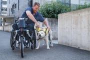 «Der Hund öffnet mir die Türe zu sozialen Kontakten.» Christian Stöckli mit seinem ständigen Begleiter Windsor. (Bild: Boris Bürgisser, Luzerner Zeitung / Sursee, 17.6.2017)