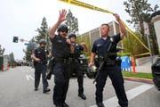 Polizeibeamte untersuchen den Tatort an der Universität Kalifornien. (Bild: Ringo H.W. Chiu)
