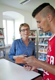 Leiterin Ida Britschgi informiert einen Besucher im BIZ. (Bild Corinne Glanzmann)
