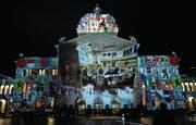 Lichtprojektion des Künstlers Gery Hofstetter beim Bundeshaus in Bern. (Bild: Marcel Bieri/Keystone (Bern, 22. November 2008))