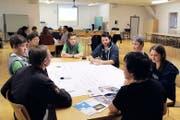 Jugendliche und Behördenvertreter diskutieren miteinander über das neue Kinder- und Jugendförderungsleitbild. (Bild Paul Gwerder)
