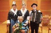 Zum 100. Geburtstag von Margrith Hächler sangen Monika Steiner (links) und Monika Nötzli, begleitet von Louis Camenzind. (Bild: Paul Gwerder (Erstfeld, 29. November 2017))