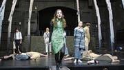 Der Teufel (Rebecca Büchi) tanzt im knallgrünen Kleid. (Bild: Marion Wannemacher (Sarnen, 5. März 2018))