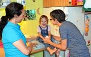 Die kleine Patientin Malin (4) erhält Hilfe von der Kinder-Spitex: Die Pflegefachfrau Helena Pironato leistet sie fünf Mal pro Woche. Hier zusammen mit Malins Mutter Martina Imfeld (rechts). (Bild Romano Cuonz)
