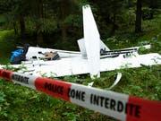 Das zertrümmerte Segelflugzeug, in dem zwei Menschen ums Leben gekommen sind. (KEYSTONE/Laurent Gillieron) (Bild: KEYSTONE/LAURENT GILLIERON)