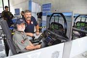 Hansjörg Schindler (im Cockpit seines Simulators) zusammen mit dem ehemaligen Schwinger Sepp Bissig als Helfer am Flugplatz-Jubiläum in Meiringen. (Bild: Robert Hess)