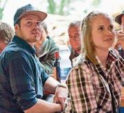 Die Jungjäger Lukas Waser und Andrea Odermatt bei der Übergabefeier der Jagdausweise. Bild: Philipp Zumbühl/PD (Stans, 2. Juni 2017)