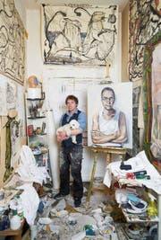 Im Atelier: Adam Tellmeister mit Emsi und seinem Porträt von Ex-Botschafter Tim Guldimann. (Bild: Gregor Zielke (Berlin, 27. Juli 2017))