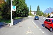 Velofahrer haben es nicht leicht, wie hier in Kerns, wo sie in einer Kurve die Strasse überqueren müssen. (Bild Adrian Venetz)