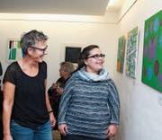 Kunsttherapeutin Sybille Sidler (links) steht mit Michaela Murer vor deren Bild «Liebesgefühl». (Bild: Marion Wannemacher (Sachseln, 18. 11. 2017))