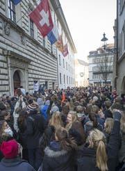 Mehrere hundert Schüler versammeln sich am 9. Dezember vor dem Luzerner Regierungsgebäude. (Bild: Keystone)