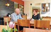 Einmal pro Woche verwöhnen sie Gäste: Nora Durrer und Vater Bruno Durrer im «Noras Dunnschtig». Bild: Adrian Venetz (Sarnen, 23. März 2017)