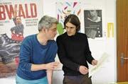Lukas Egger (links) und Ueli Niederberger reden über Illustrationen für ihr Buch. Rechts eine Zeichnung der Wilden. (Bild: Philipp Unterschütz (Sarnen, 10. November 2017))