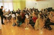 Dirigent Tobias Loew probt mit Mitgliedern der Musikgesellschaft Stansstad und der Feldmusik Beckenried im Oeki. (Bild: Isabel Christen (Stansstad, 18. März 2017))