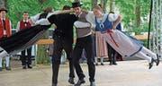 Die Gästegruppe Jestavo (Jungi Erwachseni tanzet Volkstanz) Birmenstorf bietet ganz besondere Einlagen. (Bild: Robert Hess (Alpnach, 23. Juli 2017))