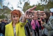 Eine junge Frau demonstriert gegen sexuelle Übergriffe. (Symbolbild: Christophe Petit Tesson/EPA)